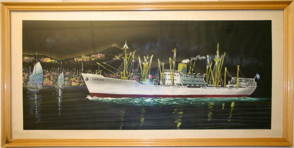 Målning i ram föreställande ett fartyg på väg in i hamn på kvällen. I bakgrunden berg och ljus.