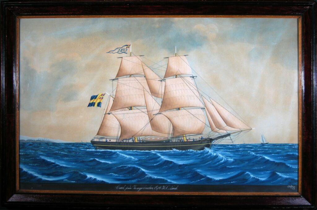 Målning i ram av ett fartyg på blå vågor med vita segel och svensk flagga i aktern.