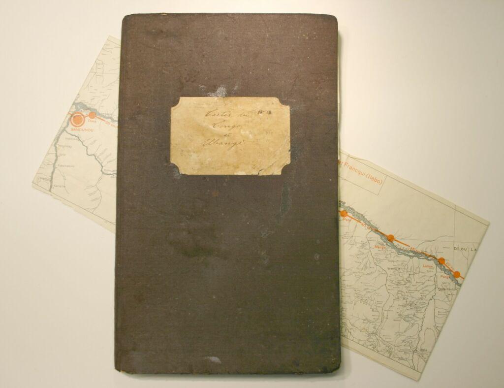 Handritad kartbok i svarta nötta textilpärmar med sjövägen över Kongofloden, ritad och använd av Georg Elmer Göransson